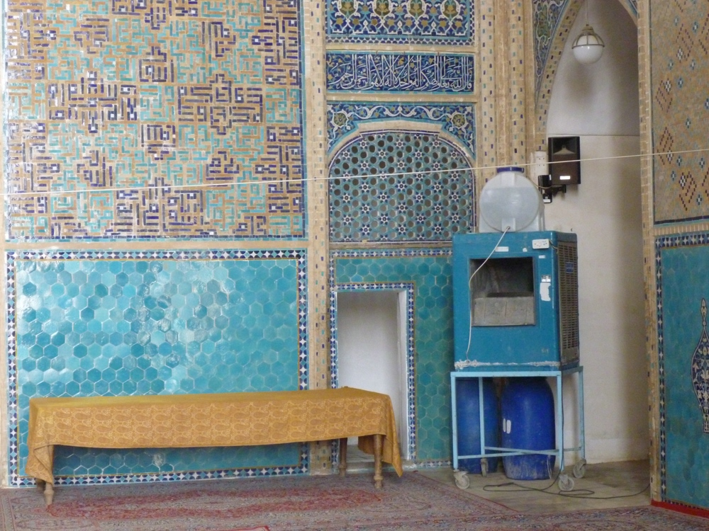 The impressive Friday Mosque of Yazd has no wind towers. It is cooled by the typical blue box desert cooler suitable for arid climates.